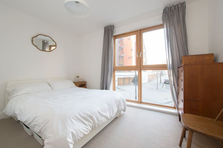 Double Room In Beautiful Hoxton Apartment by Canal