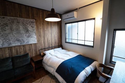 7 minút chôdze od stanice Seibu Chichibu sa nachádza kaviareň a bar, kde môžete piť jačmenný likér Chibu na hlavnej ceste svätyne Chibu. Izba Chichibu Hostel 201