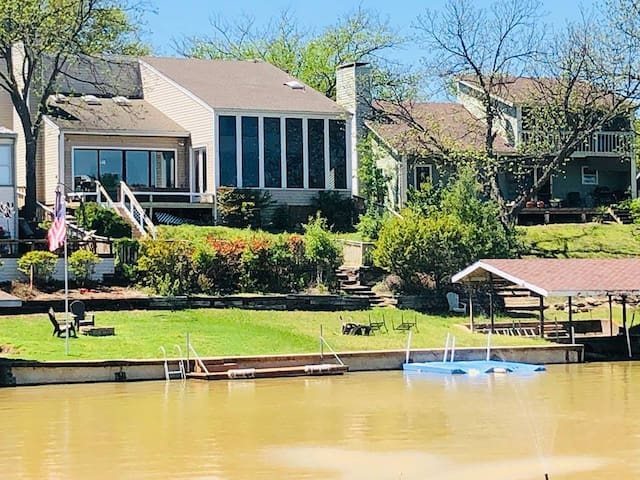 Gorgeous Lake Front 3/3- Boat Dock - Game Room