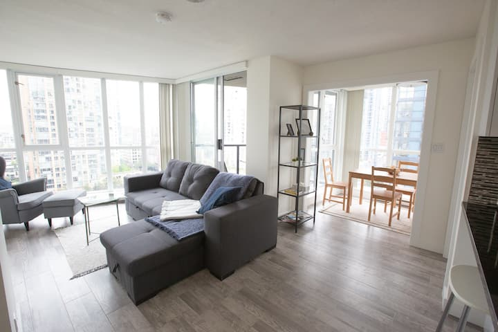 Spacious 2Bed Downtown -View-Parking-Patio-Gym