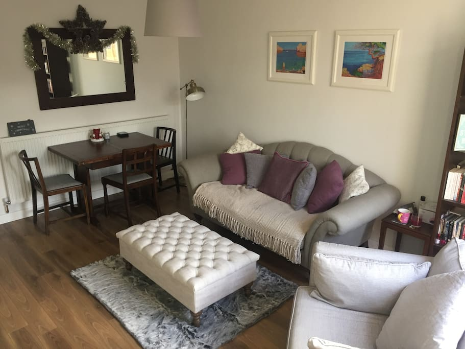 spacious living room with extendable dining table which can seat 6 comfortably