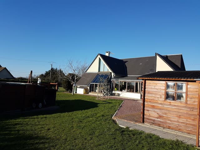Maison moderne avec piscine/spa à 2 min de la mer - Pirou - Huis