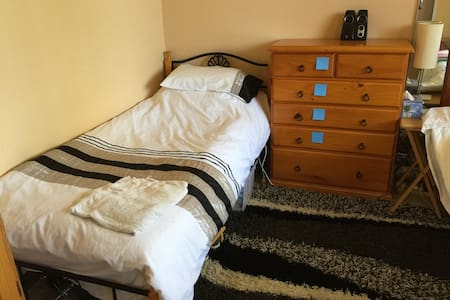 3 single beds in one room - Rosebery