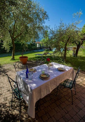 Comolake apartment with garden and parking