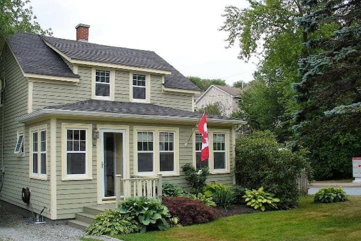 Cottage living close to the city - Halifax - House