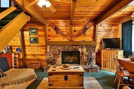 Bear Mountain Hideaway, Cabin w Spa