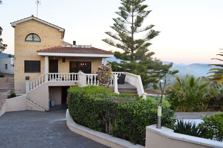 FANTASTIC VILLA in the mountain, near the beach - Arenys de Munt - วิลล่า