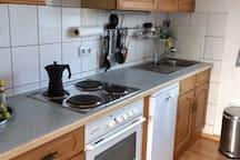 Küche mit Ofen und Geschirrspüler