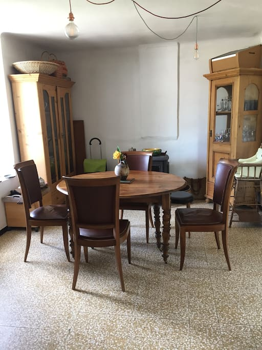 espace repas, avec le poêle à bois pour l'hiver, qui chauffe toute la maison, et très frais l'été car exposé au nord.