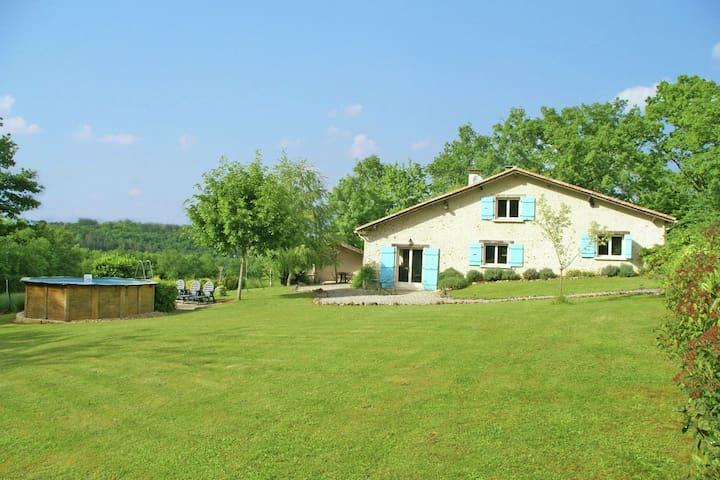 Moderna casa vacanze a Manzac-sur-Vern con piscina privata