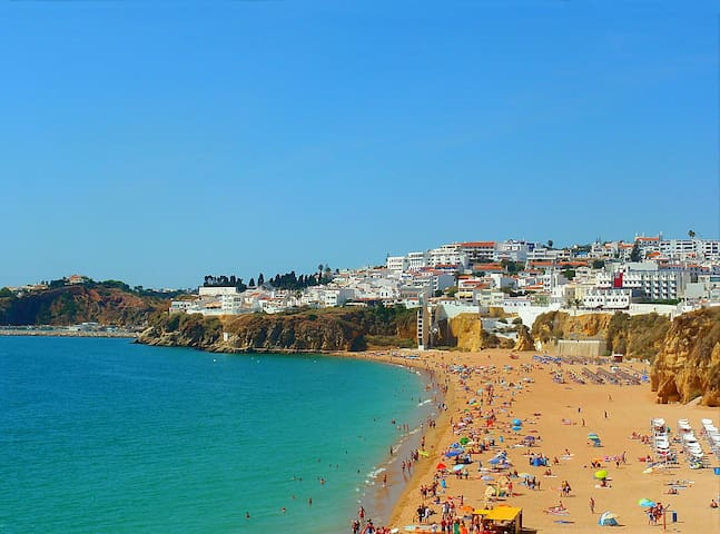 vue sur la plage principale d'albufeira que l'ont voient depuis l'appartement