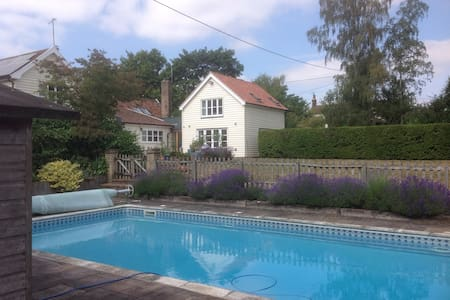 Luxurious Annexe with Pool & Tennis court