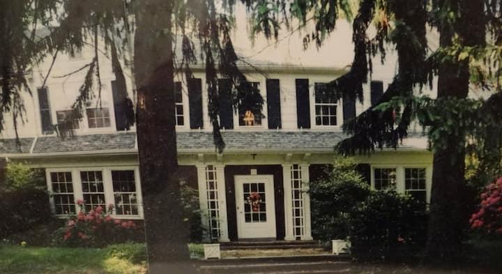 Belle Acres Country Manor Home - Queen bedroom