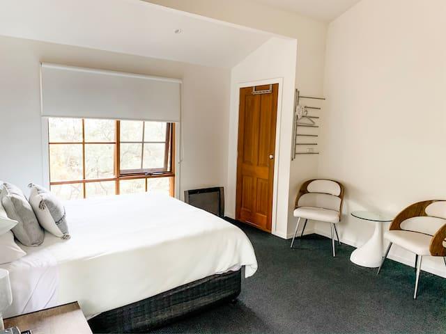 Honeymoon Suite at Possums Apartments