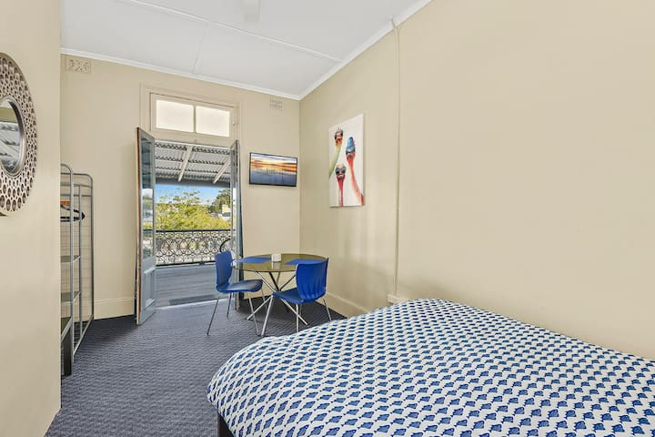 Queen bed in a Hotel - West Kempsey - Altro