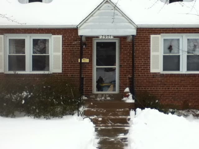 Room in quiet community near highway and bus stops - Falls Church - Huis