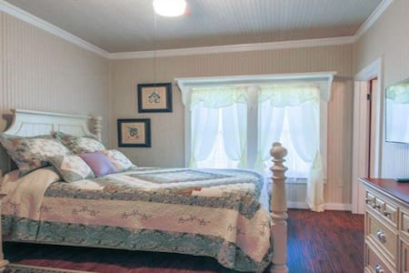 Abby's Place Suite 2 - 1920s Farmhouse - Fredericksburg - Bed & Breakfast
