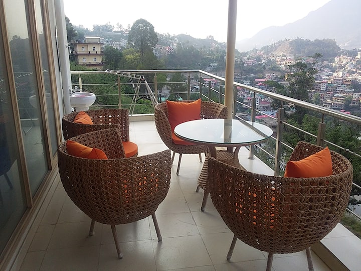 Luxurious  Flat with Solan City View