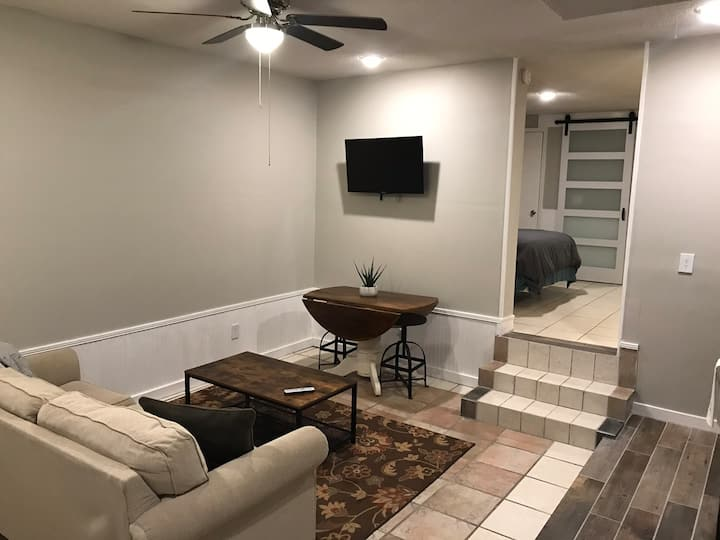 Cozy Studio 4 miles from Downtown