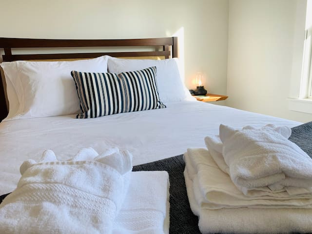 Spruce Room/Petite Hotel/NO cleaning fee