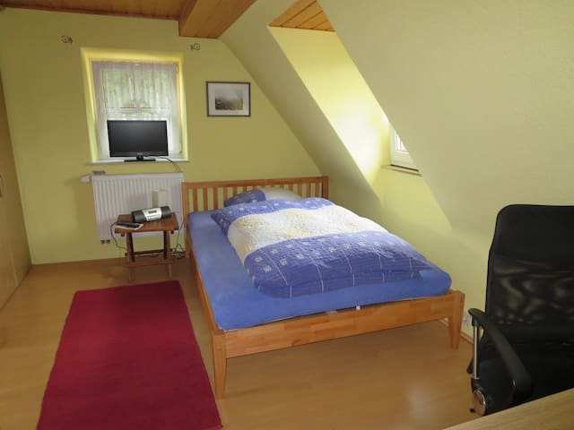 room, quiet and close to everything - Erlangen - Huis