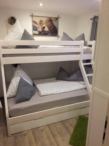 oberes Bett 90x200; unteres Bett 140x200