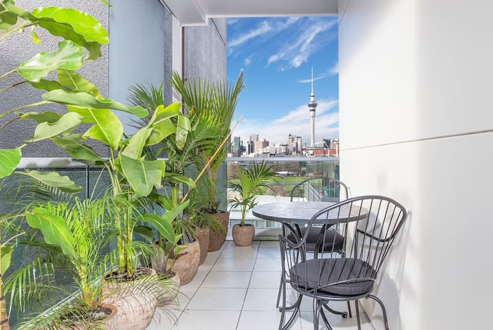Stylish City Apartment + SkyTower Views + Carpark
