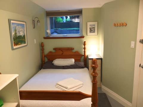 Charming  Roncesvalles/High Park  Basement Suite
