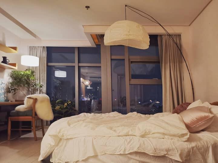 【RoundDream】100寸投影|无敌夜景市中心豪华公寓|武林广场全景落地窗远眺西湖温馨圆床房