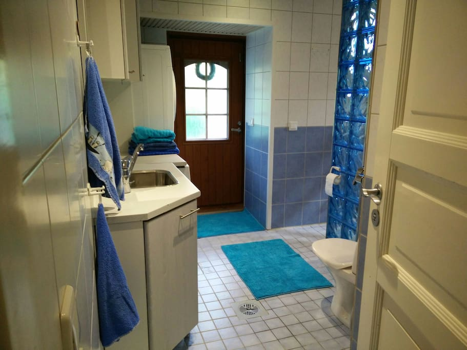 Pesutilat, joissa sauna, kaksi suihkua, pyykkikone ja kuivausrumpu