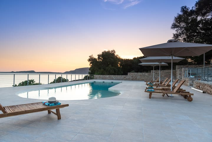 Spacious seafront villa sleeps 2/4