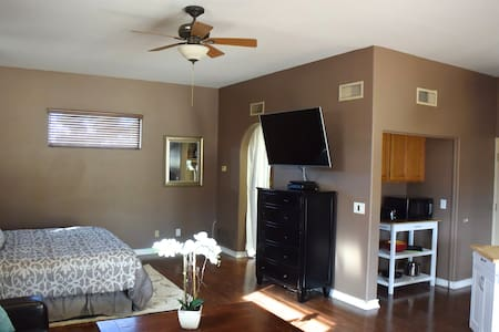 Guest House w/ Kitchenette & Pool! - Scottsdale