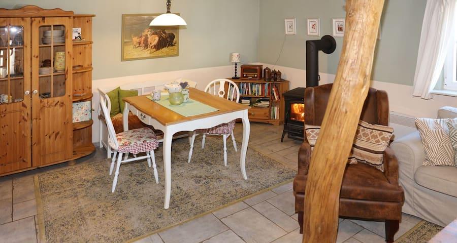 Spiele spielen, gemeinsam essen, Bücher lesen...das hier ist mehr als nur ein Esstisch neben einem Kamin:)