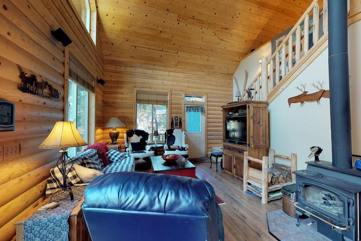 Spacious cabin & guest cottage w/hot tub, deck, walk to Fish Lake.