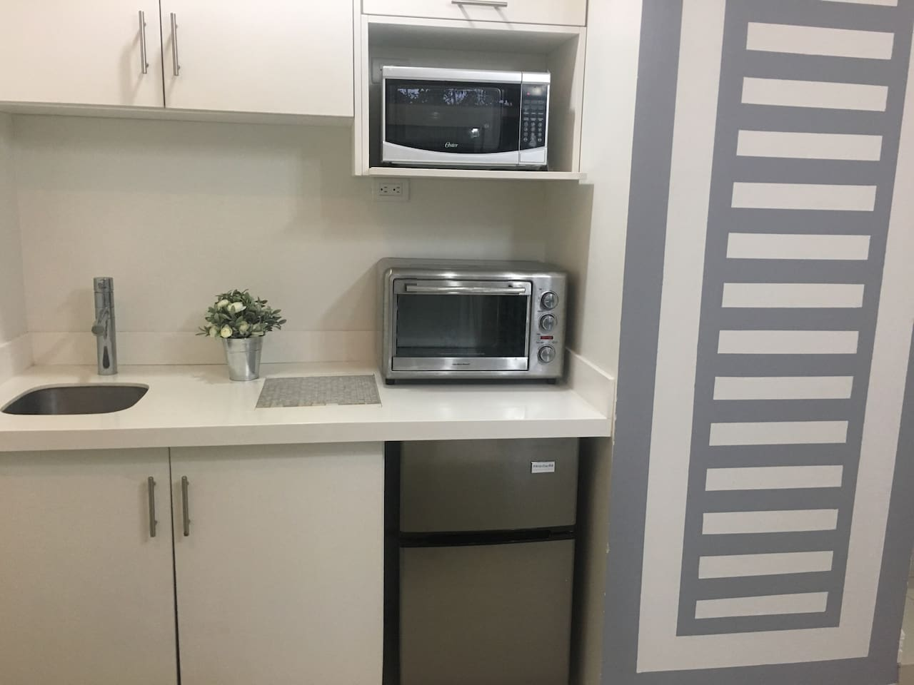 Kitchen full equipped: small kitchen, small fridge, microwave, coffee maker, toaster.