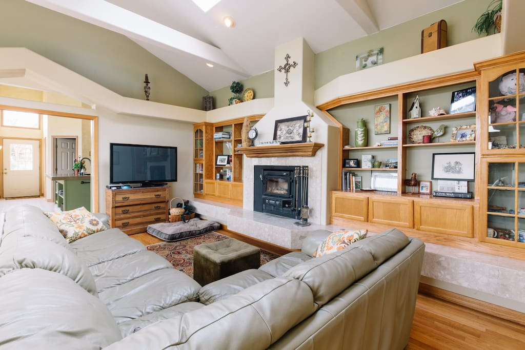 Gather in the large living room to watch tv/movies, sit by the seasonal fireplace.