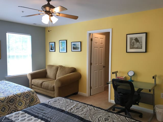 SPACIOUS! 2 Queen Beds, Private Bath, Parking/WIFI