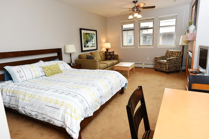 Walk To Slope! Sleeps 4! FREE Garage Parking!