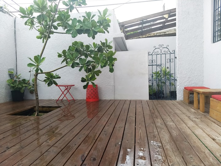 Lovely Apt with outdoor space steps from the beach