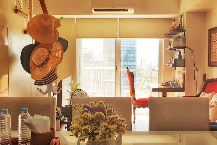 Pearl's Place @ F1 Hotel BGC  w/  Parking and WiFi