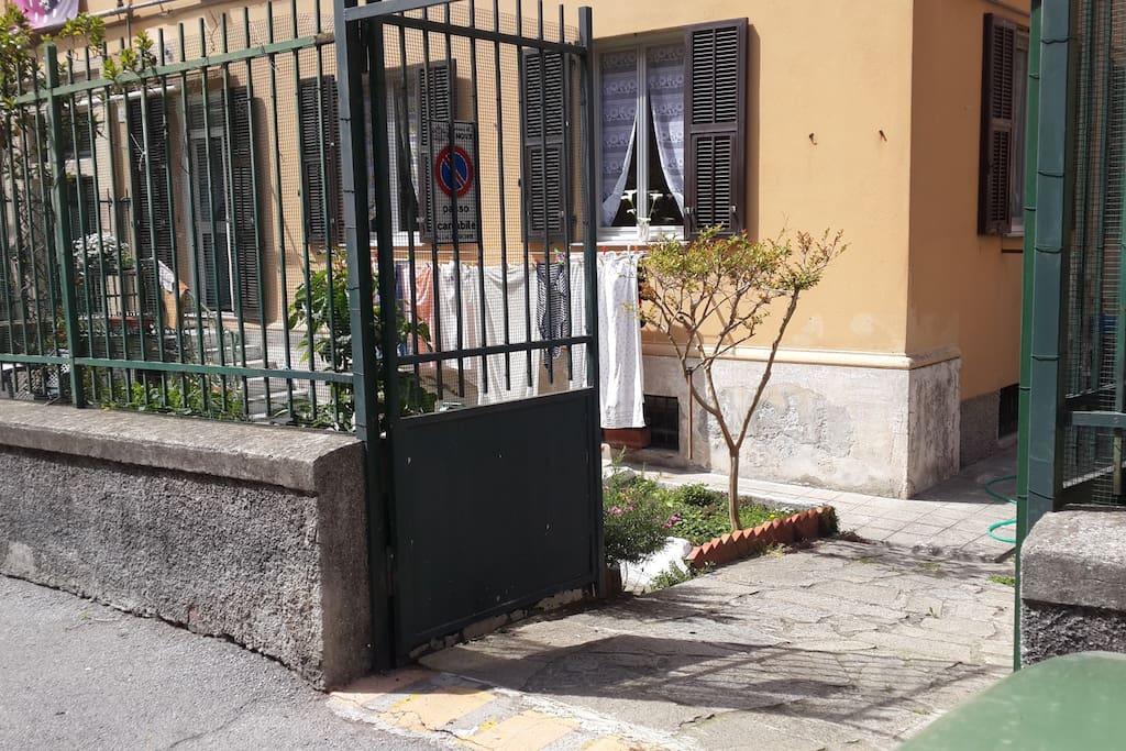 Casa soggiorno con posto auto e giardino a sturla case for Casa con giardino genova