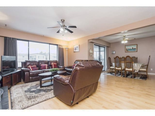 Private bedroom+central location+close to airport