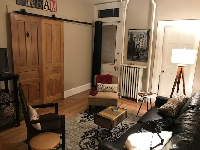 NEW! Comfy Chic flat in downtown West Chester