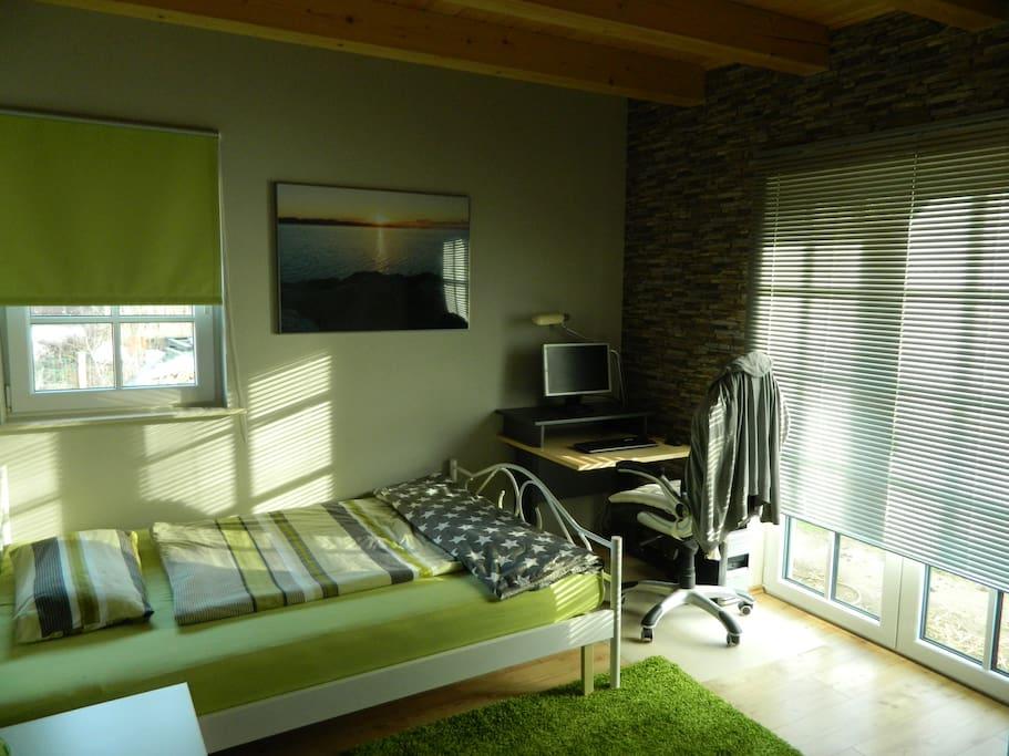 Schlafzimmer 1 inkl. PC Arbeitsplatz
