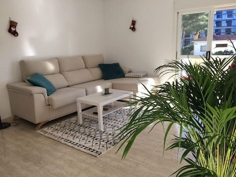 Private room in cozy apartment with pool-La Pineda