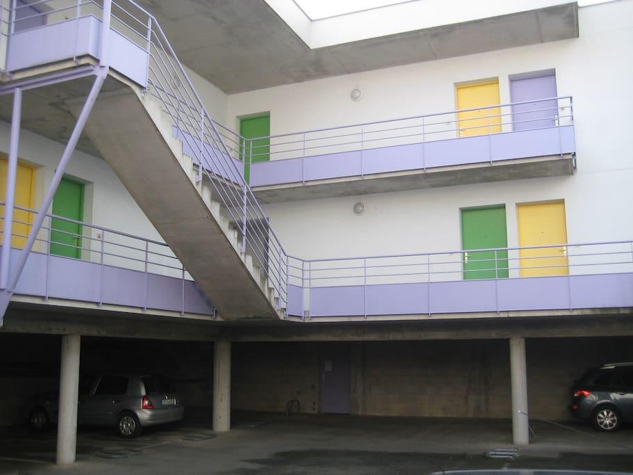 vue intérieure de l'immeuble avec parking couvert