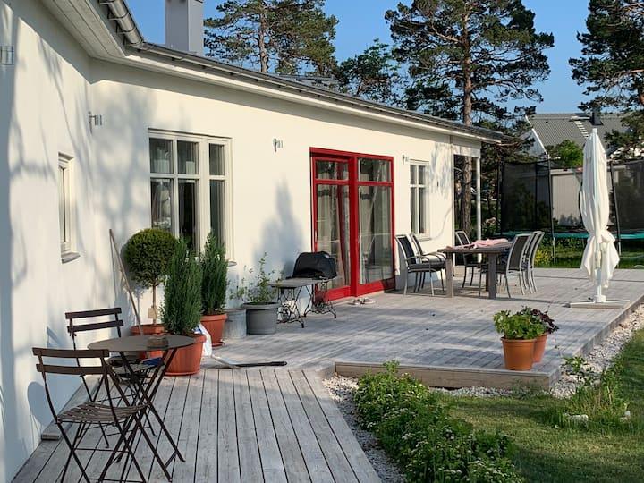 Nybyggd enplansvilla i mysigt Visbyområde.