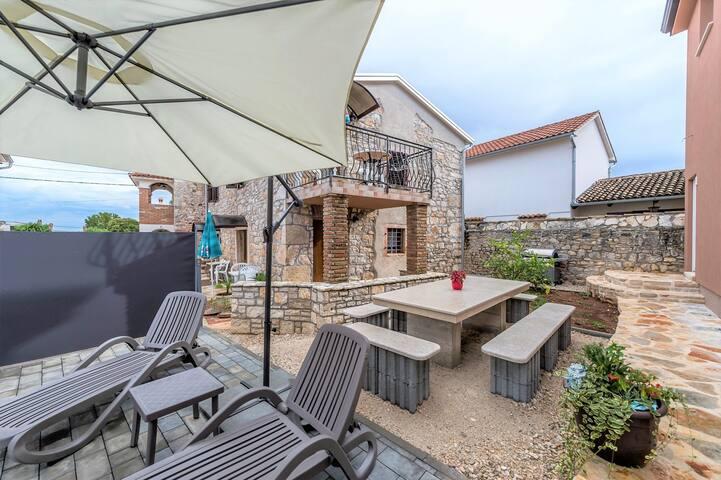 Apartment Complex Valtrazza with Common Pool / Nice Rustic Apartment Fiorela II in Villa Valtrazza with Shared Pool