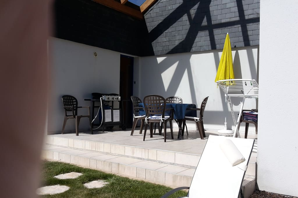 terrasse couverte avec mobilier de jardin et séparant la chambre N° 2 de l'appartement