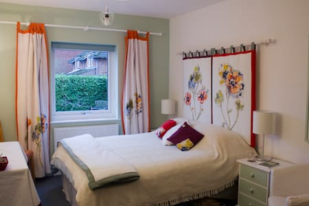 Beautiful ensuite with king-sized bed - Cringleford
